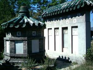 Tomba di Dong Haichuan, wanan gongmu - Beijing. Le spoglie del Maestro sono state ritrovate dietro iniziativa del Maestro Li Ziming, e ricollocate a Beijing. Sulla tomba ci sono incisi tutti i nomi degli allievi di Dong Haichuan, e di coloro che hanno contribuito all'iniziativa. Nel muro alle spalle sono visibili delle steli commemorative originali, recuperate e restaurate. Accanto alla tomba di Dong Haichuan si trovano le tombe dei Maestri del nostro lignaggio: Liang Zhenpu, Guo Gumin e Li Ziming.